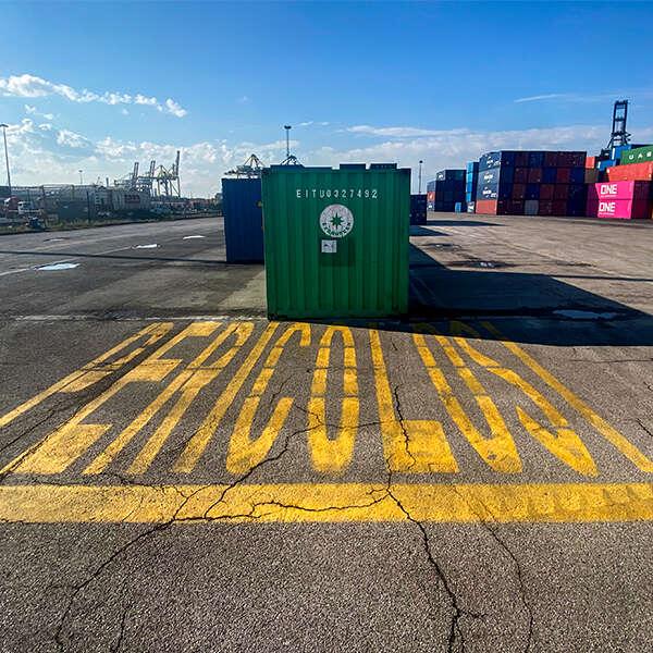 spazio dedicato alle merci pericole nel piazzale del terminal Vecon