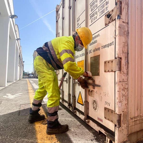 operaio intento a svolgere controlli doganali al porto di venezia Vecon