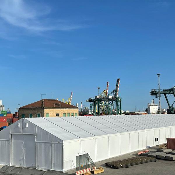 uno dei magazzini coperti presnti al terminal container di Venezia