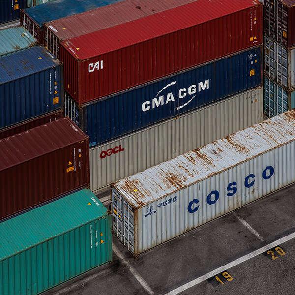 vista dall'alto di container stoccati in terminal