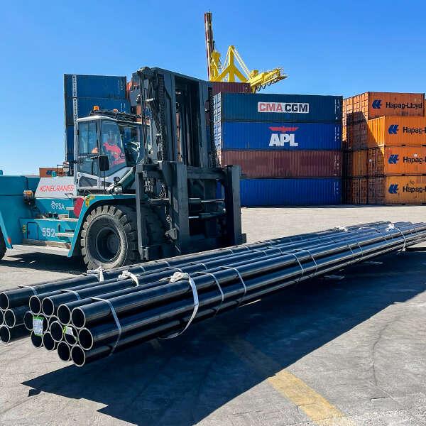 carrello elevatore che trasporta tubi di metallo al terminal Vecon di Venezia